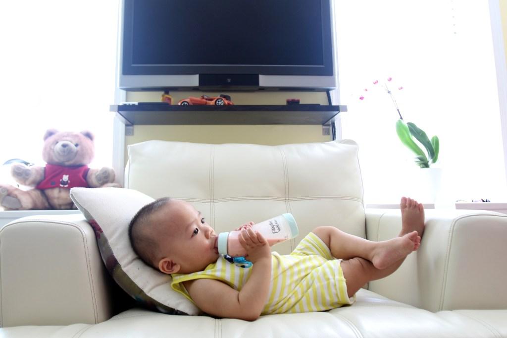 bébé qui boit un biberon stérilisé
