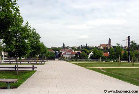 Parc de la Seille à Metz parvis des arenes 1