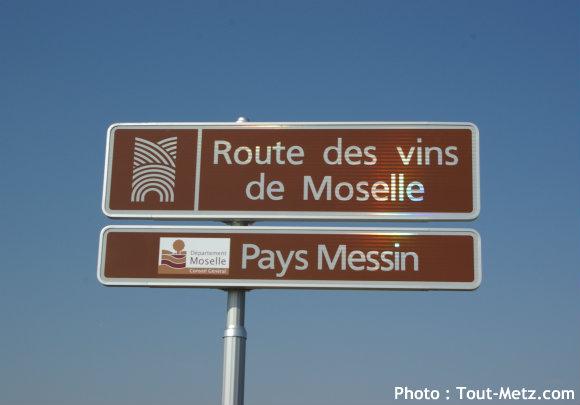 Le Panneau qui signale qu'on entre sur la Route des Vins du pays messin à Fey - Photo : Tout-Metz.com