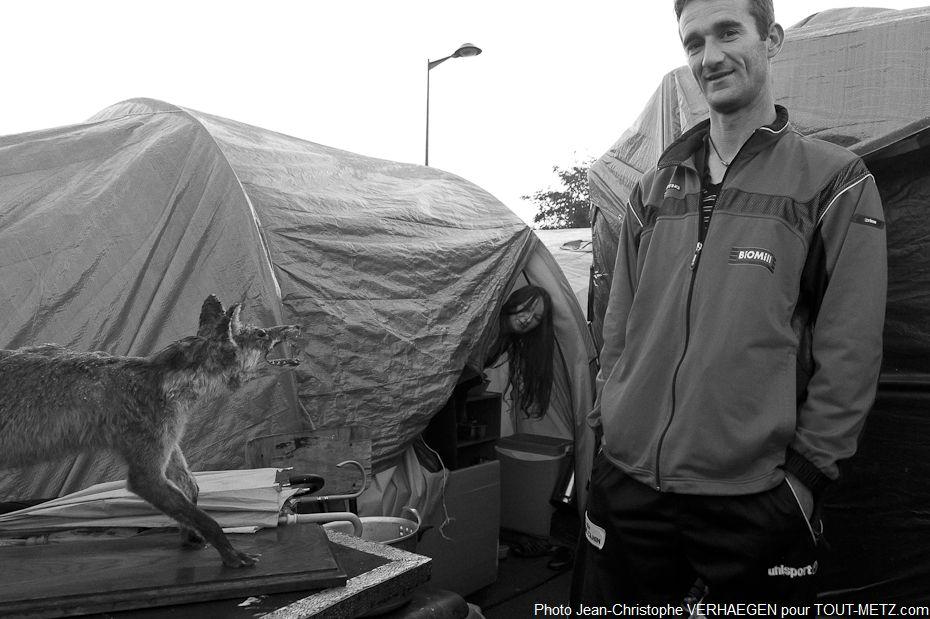 Peu à peu au cours des semaines et des mois de présence à Blida, les familles ont tenté de constituer un semblant d'habitat. Ici un renard empaillé trouvé dans une poubelle avait servi de décoration.