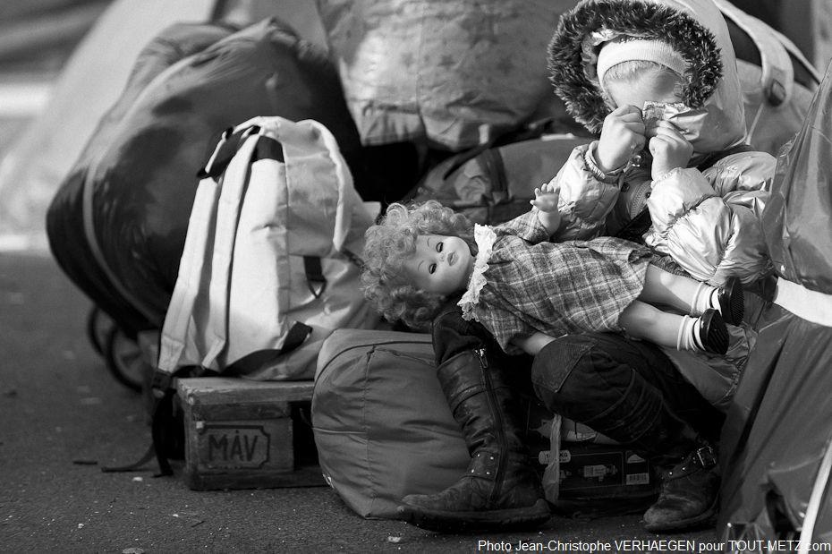 Parmi les réfugiés, on trouve près de 300 mineurs qui ont vécu sur ce parking, la même aventure que celle de leurs parents. Ils n'auront pas la possibilité d'emmener la totalité des quelques jouets dont ils ont pu disposer ici sur le camp.