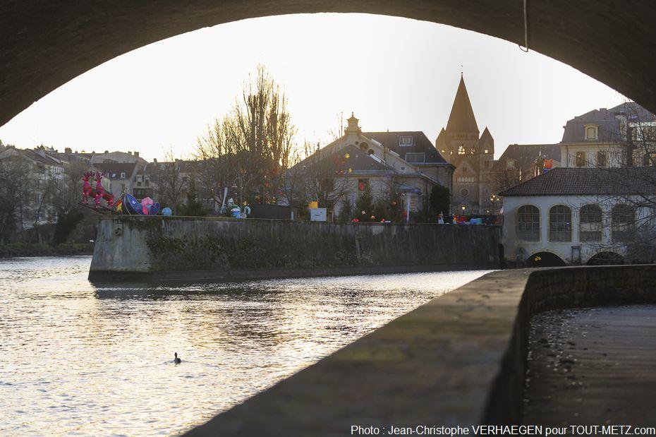 L'entrée se fait par la rue du Pont Moreau, à droite de la Salle Fabert, le long de la Moselle. Le parcours sera en accès libre du lundi au jeudi et le dimanche de 17h à 19h30, les vendredis et samedis de 17h à 20h30. Nocturne de 17h à 22h30 le 8 décembre pour la traditionnelle Marche illuminée dans Metz.