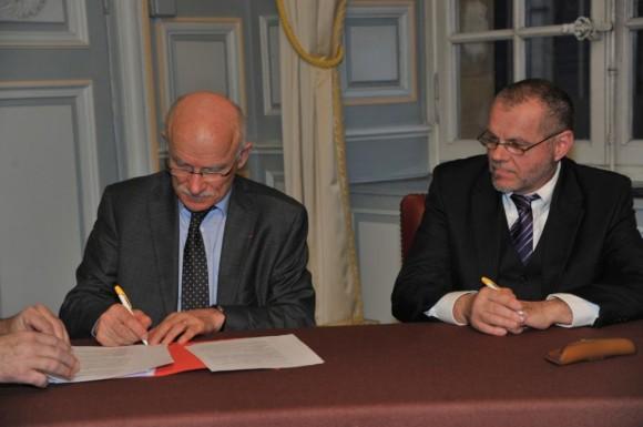 Dominique GROS signe le bail de la future grande mosquée de Metz avec Raymond Beller, président de l'UACM. Photo : mairie de Metz