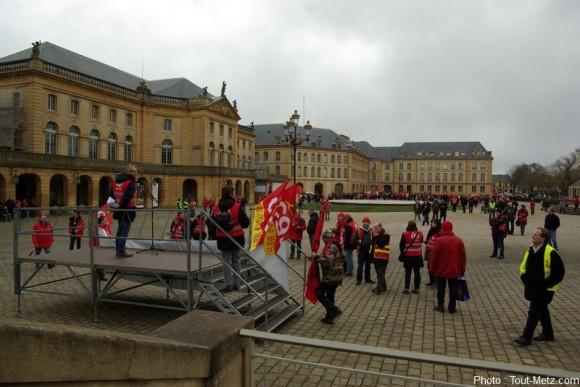 Une prise de parole sur la place de la comédie a bouclé la manifestation sous quelques gouttes de pluie.