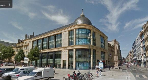 Le bâtiment qui hébergeait La Halle et Virgin Megastore à l'entrée de la rue Serpenoise. Source : Google street view.