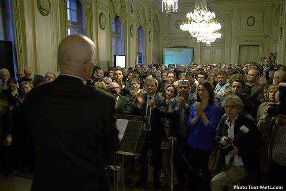 Dominique Gros en plein discours dans la grande salle de l'hôtel de ville