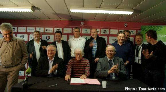 Bernard SERIN et Patrick WEITEN, entourés des représentants des clubs liés à la convention FC Metz Moselle