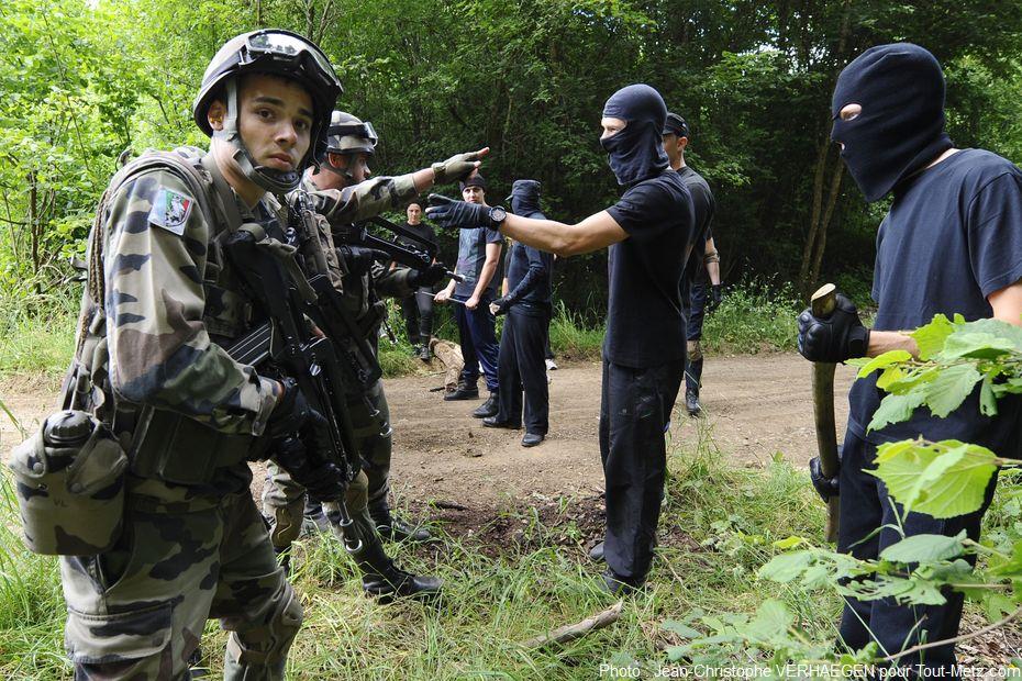 (simulation) Tension et discussions entre les manifestants et les forces de sécurité.