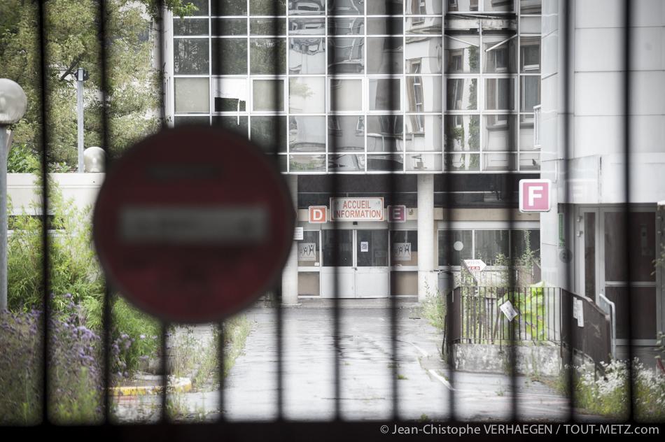 Désormais interdit au public, l'accès à l'hôpital Bon Secours est barré par des grilles. Seul le poste de sécurité offre un accès. L'hôpital a fermé ses portes en 2012.