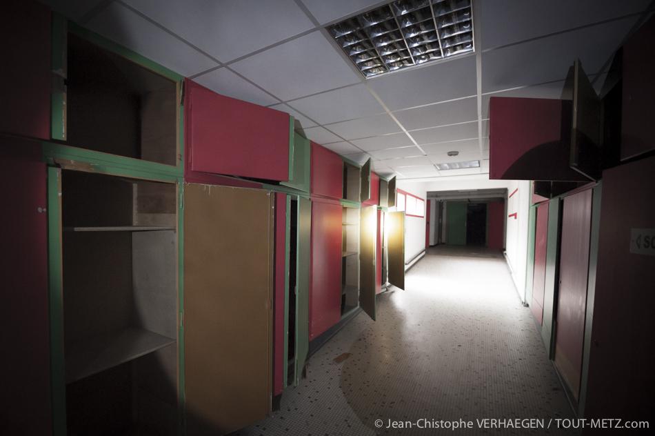 Des couloirs, partout. Lorsque l'on visite un malade, un couloir peut vous marquer, qu'il héberge les sensations spéciales des secondes qui précèdent l'entrée dans la chambre, où celles de la sortie. Bon Secours est une succession permanente de couloirs aux placards évidés.