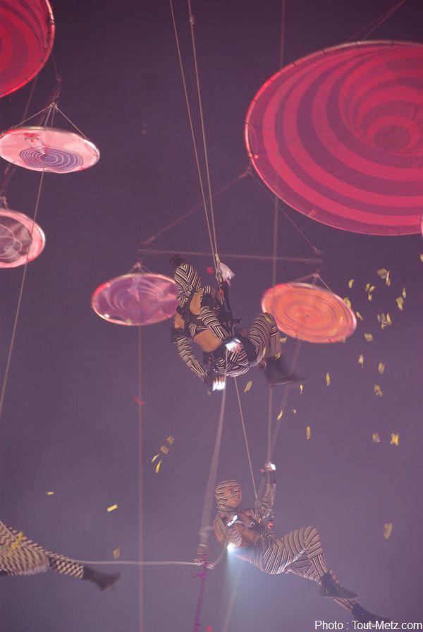 Les acrobates virevoltants enchaînent sur une chorégraphie tantôt organisée tantôt désarticulée.