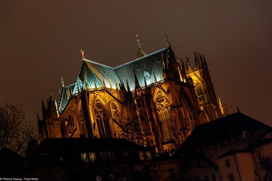 """La cathédrale St Etienne de Metz. L'aspect sous lequel on peut la découvrir date du 13ème siècle. Appelée aussi """"la lanterne de Dieu"""", il est plus rare de la voir sous cet angle. Pour plus d'informations sur la cathédrale de Metz, cliquez ici"""