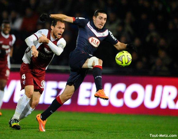 Le défenseur messin Sylvain Marchal à la lutte avec l'attaquant bordelais Enzo Crivelli (décembre 2014)