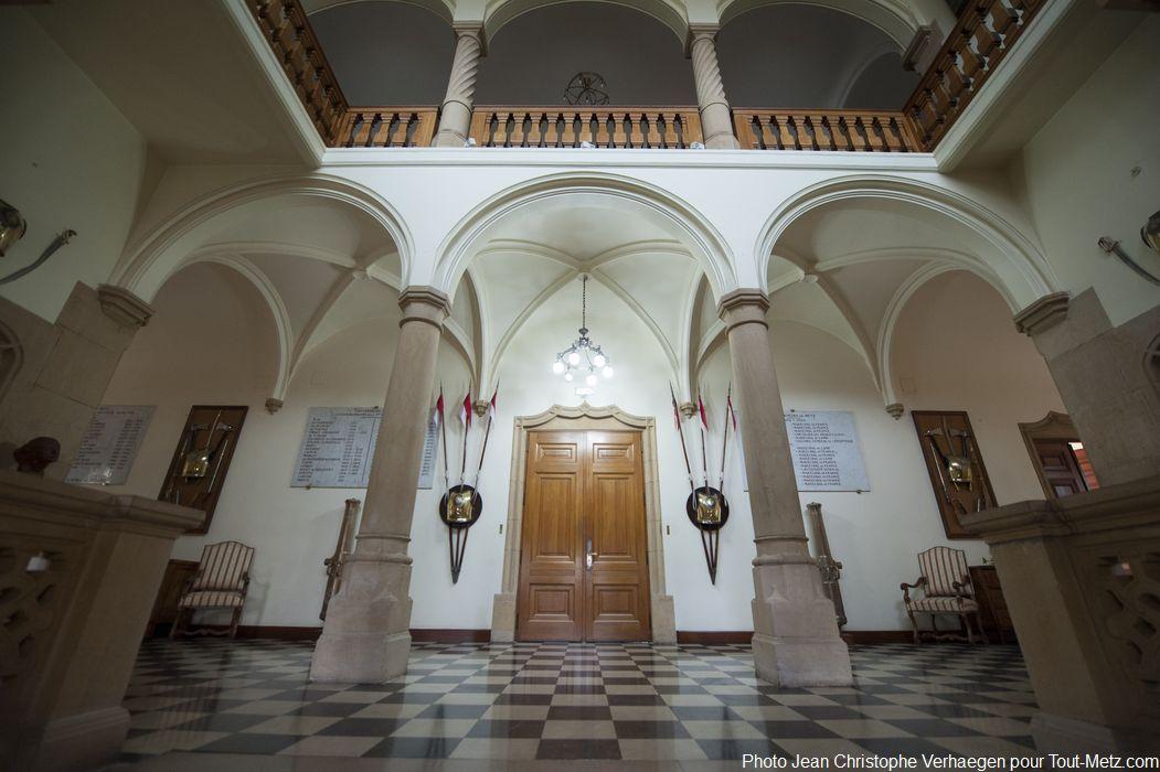 Voici le hall d'entrée du palais du gouverneur. Le bâtiment de 1200m² est avant tout un lieu de réception militaire, c'est aussi le bureau et la résidence du général gouverneur militaire de Metz, qui y occupe un appartement de fonction de 90m² à l'étage.