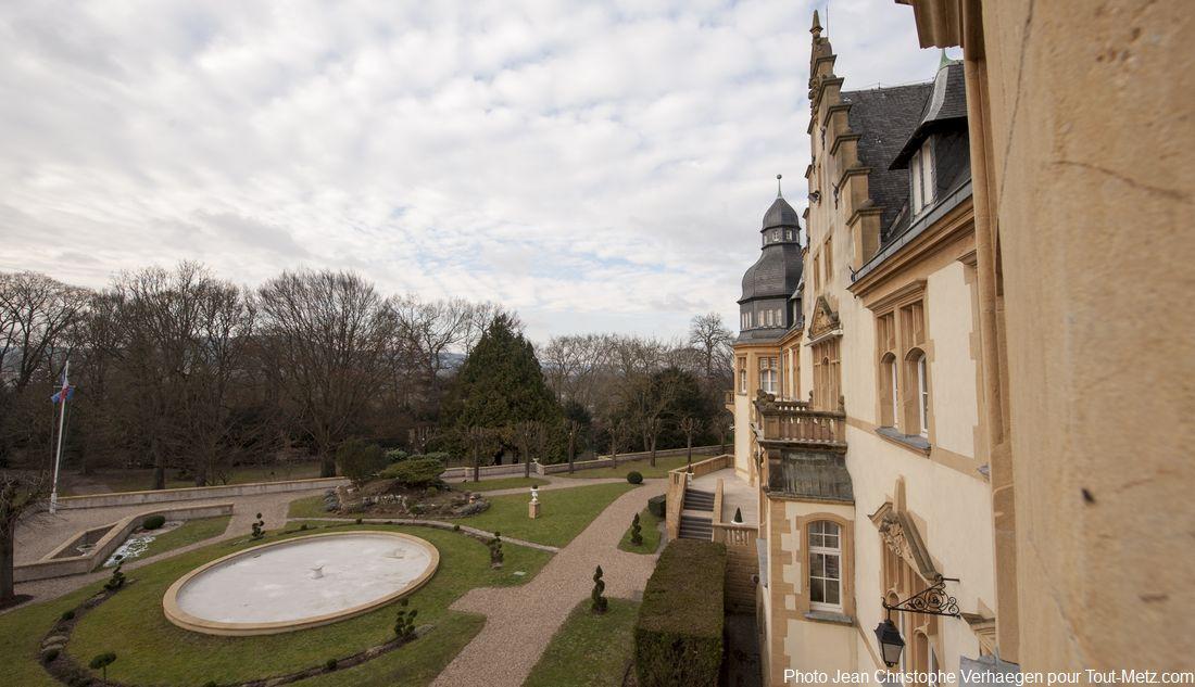 Vue des salons de l'empereur, la façade arrière et le parc avec son bassin-fontaine.