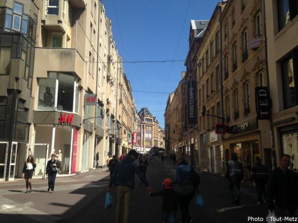 """La rue Serpenoise, en plein centre-ville de Metz, fait partie du fameux """"triangle d'or""""."""