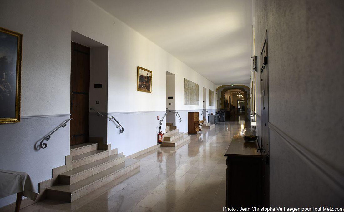 Le couloir d'accès aux différentes salles du mess des officiers, 300 repas au minimum sont servis ici tous les midis. Du temps de l'abbaye, ces salles étaient occupées par des copistes. A la fin du 13ème siècle, l'abbaye hébergeait l'une des plus grande bibliothèque de son époque avec près de 10 000 ouvrages, accessibles d'ailleurs à l'ensemble de la population (femmes, hommes, paysans et notables) ce qui était plutôt rare. L'immense majorité (env. 90%) de ces ouvrages a été brûlée à la révolution. Photo : Jean Christophe Verhaegen, 7 avril 2015