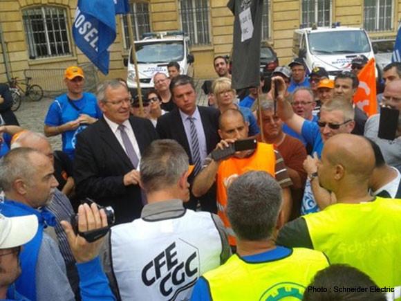 Patrick Weiten, Président du CD57 et Julien Freyburger, Maire de Maizières-les-Metz, étaient aux cotés des salariés de Schneider Electric