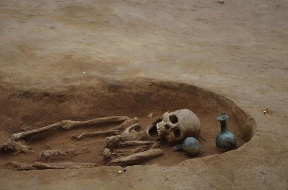 Découverte à Woippy : squelette humain et de vases en verre - Copyright : Metz Métropole_Pôle archéologie préventive