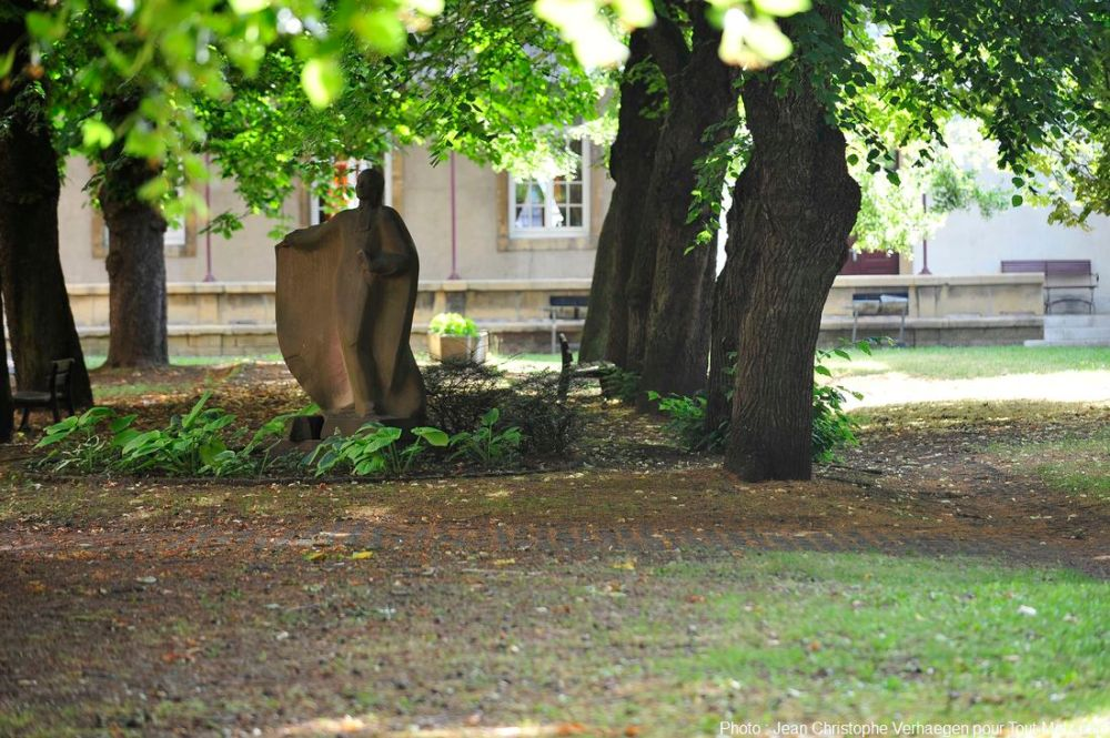 Voici la statue du bienheureux Jean Martin Moyë, missionnaire lorrain né en 1730, et béatifié en 1954 par le pape Pie XII. L'ouvrage estsitué au beau milieu du grand parc arboré, au coeur du grand séminaire. A l'origine, la créationétait destinée à être disposée dans l'entrée principale du grand séminaire. Mais suite à unemalencontreuse manipulation, une partie de la statue s'en est trouvée cassée. Ne sachant que faire, et ne souhaitant plus le voir dans l'entrée principale, les prêtresontressorti la statue, et l'ont posée à cet endroit en attendant d'aviser. Depuis, elle n'a plus bougé. Photo : Jean Christophe Verhaegen