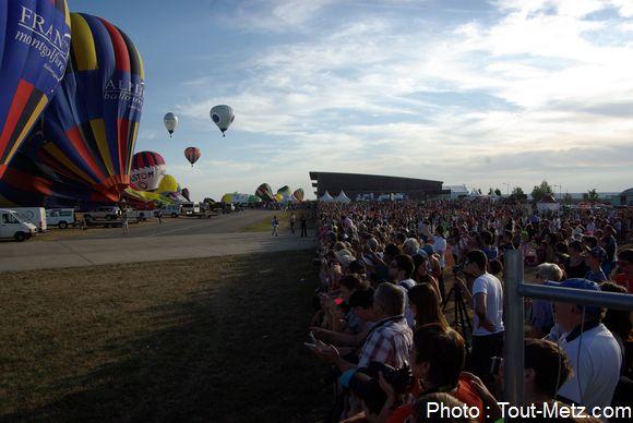 Le public est à quelques mètres des premiers ballons, sur le tarmac de 'aéroport de Chambley.