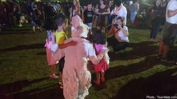 L'un des artistes de la compagne Gratte-Ciel venu se balader parmi la foule de spectateurs, accepte volontiers les photos souvenirs. 29 août 2015