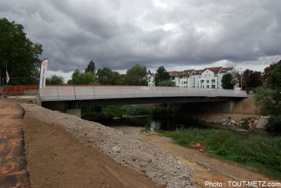 Le design du pont est resté sobre, le coût estimé des travaux était de 3 millions d'euros.