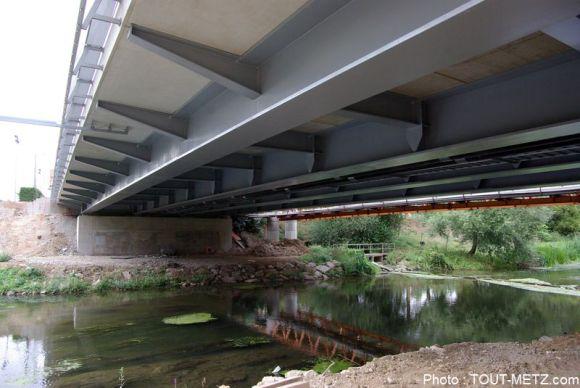 Pas d'inquiétude à avoir, vu du dessous le nouveau Pont Lothaire semble bien costaud.