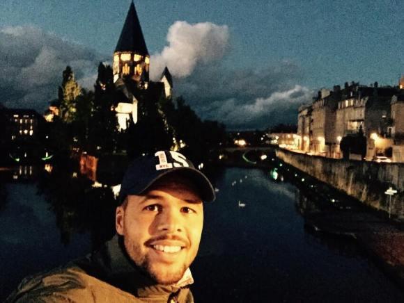 Jo Wilfried prend une photo de lui-même devant le temple protestant à Metz. Source : page facebook officielle du joueur.