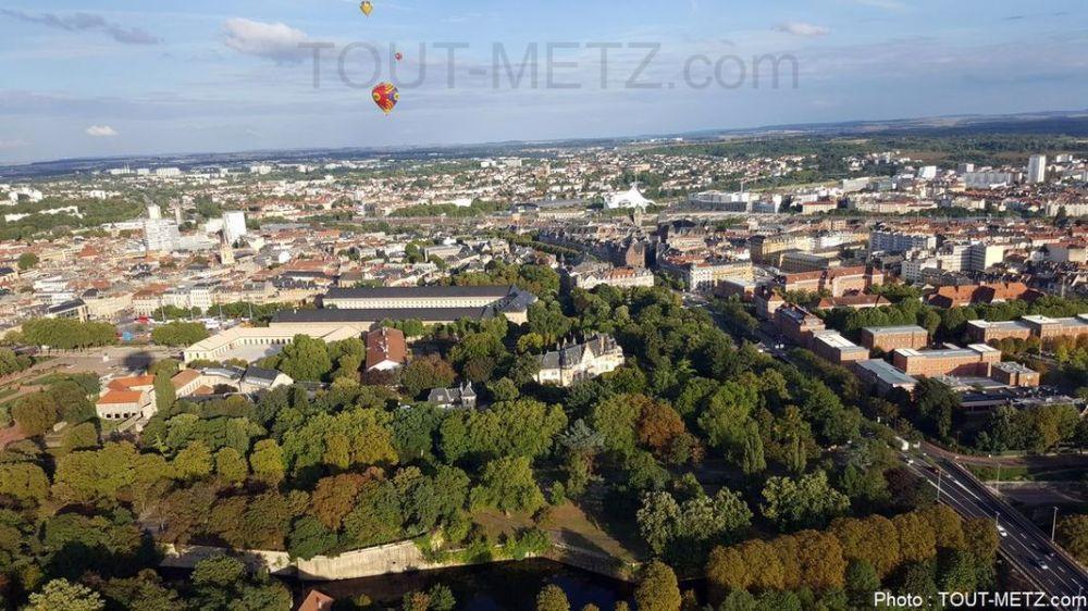 La montgolfière prend la direction de Mercy, le vent est à 15 km/h, la balade sera tranquille