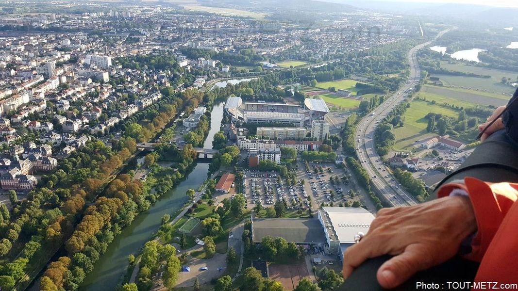 Le stade St Symphorien se détache entre l'autoroute et le canal