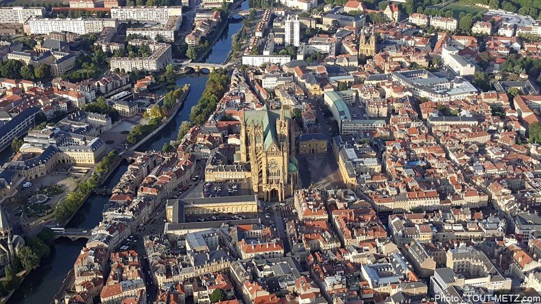 La cathédrale de Metz et sa place d'armes, à gauche les ponts successifs.