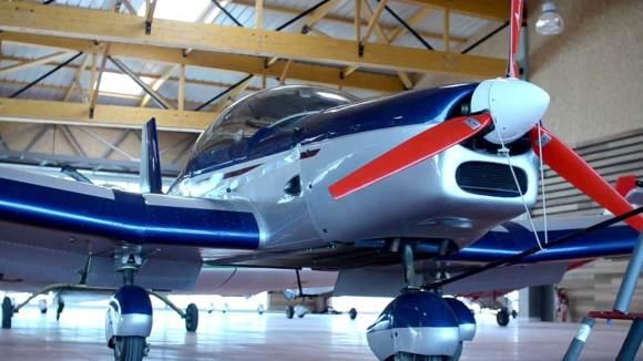 Un avion dans l'un des hangars de Chambley Planet'air.