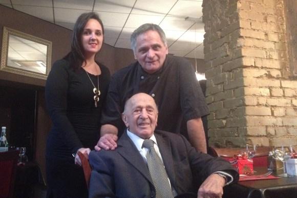 Laura et son père Claude Alfano avec Giovanni Alfano le père de Claude venu assister à ce repas solidaire.