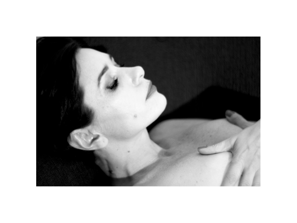 Photographie modèle nb allongée par Anna Yurienen Gallego artiste photographe