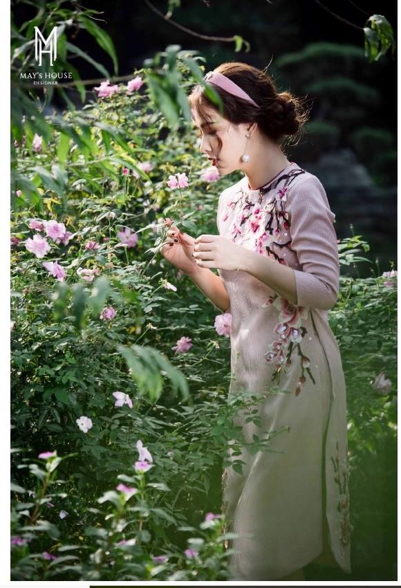 Bộ áo dài nữ vân gỗ hồng hoa hồng bốn mùa đẹp lung linh