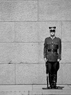 devant le monument de la Liberté