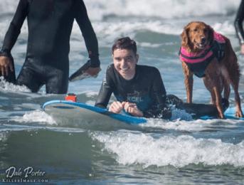 Un chien surfeur réalise le rêve d'un enfant malade