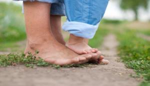 Pourquoi enfants et adultes devraient marcher pieds nus plus souvent