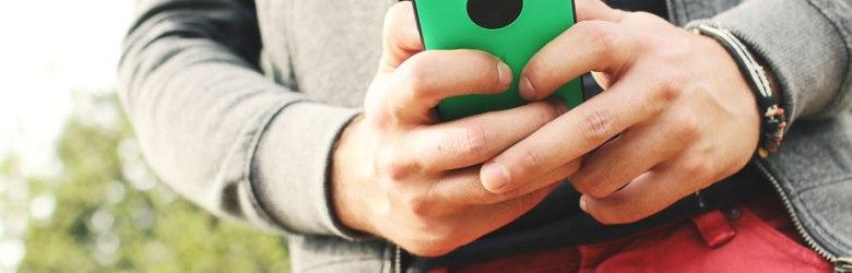 Mobile probes: yngre mand med smartphone.