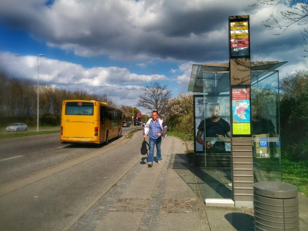 Billede af busstop fra Maria Lauridsen Jensens mini-feltarbejde med brug af metoden autofotografi.