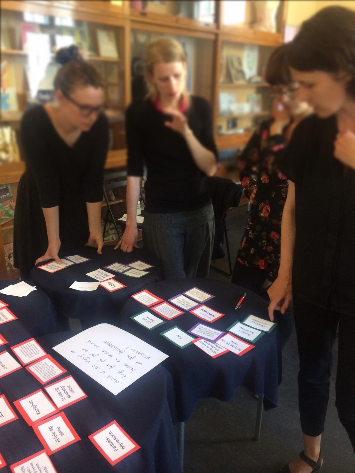 En gruppe bruger Tovejs' dialogspil i forbindelse med projektet Bedre Barsel.