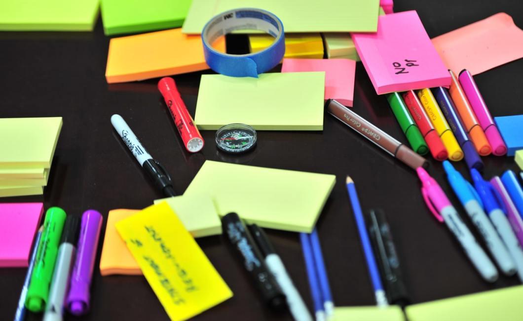 Post-its og andet materiale til workshops.