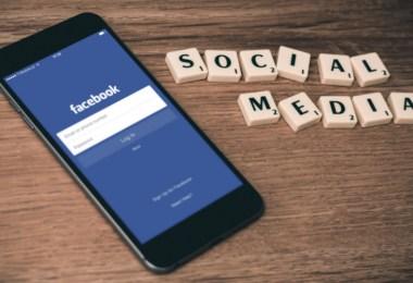 Social-Media-Check_Smartphone-facebook