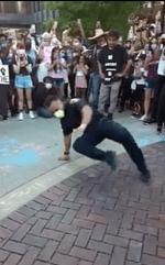 Comment faire : Vidéo virale de la danse d'un officier de police d'Elgin avec des manifestants