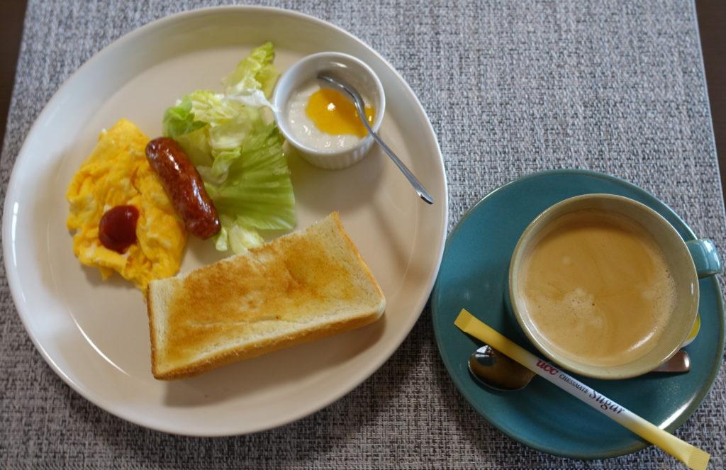ブレンドコーヒーとトースト、ウインナー、卵、サラダ、ヨーグルト