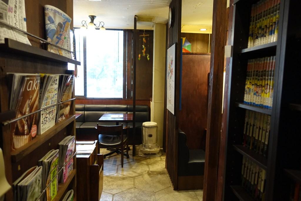 雑誌・新聞のラック、漫画の本棚