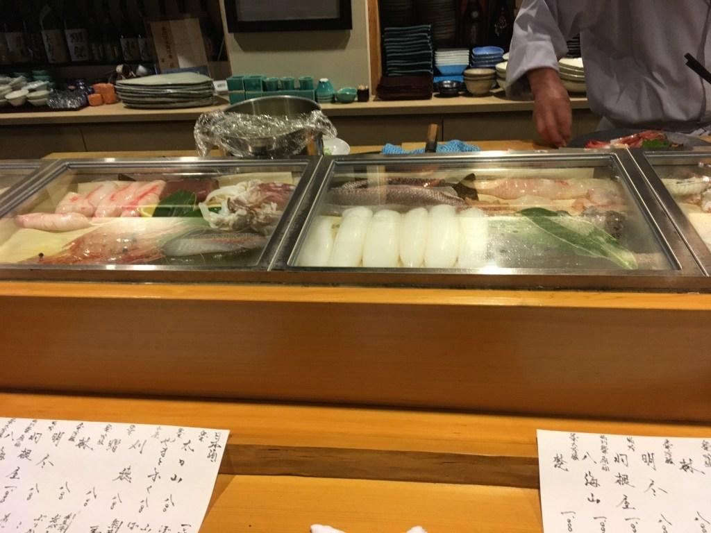 オープンキッチン(並ぶ魚)