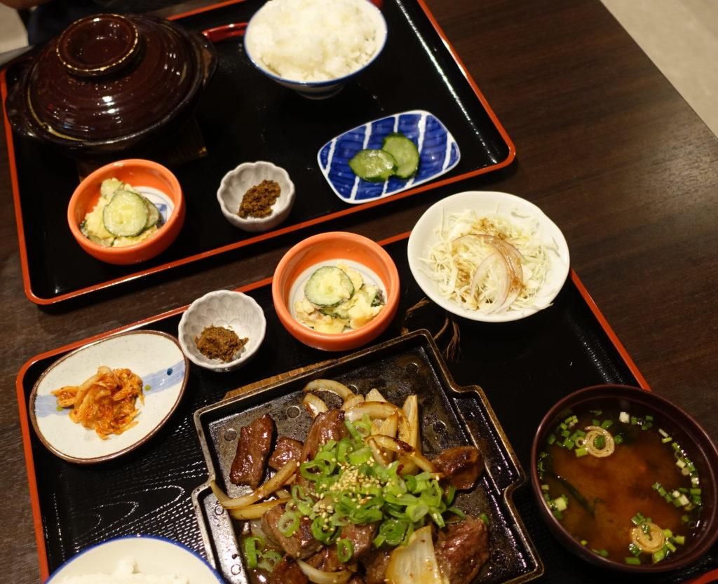 赤炊き定食と牛ハラミ定食