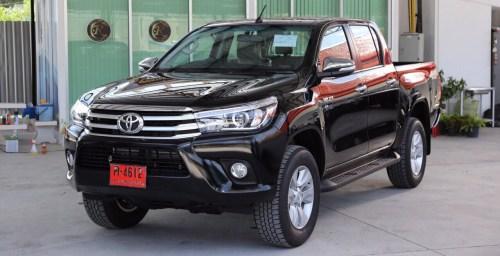 2016-Toyota-Hilux-Revo-black-front